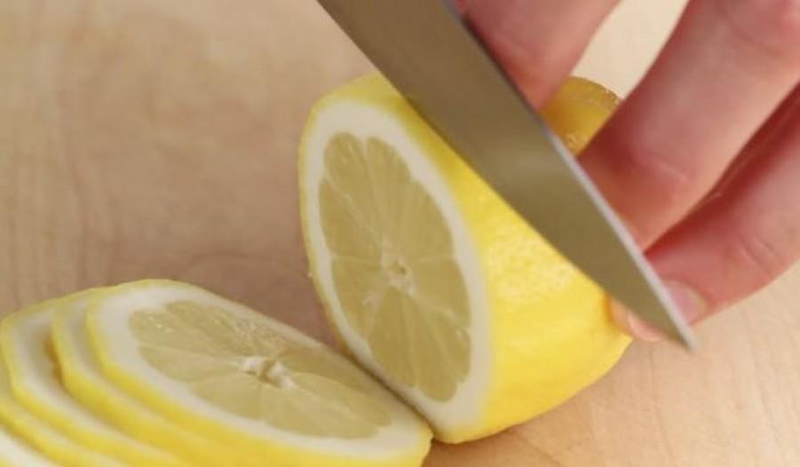 Vágj fel egy citromot, és tedd az éjjeli szekrényre